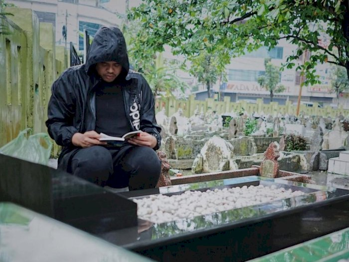 Jelang Pendaftaran ke KPU Medan, Menantu Presiden Jokowi Ziarahi Makam Sang Ayah