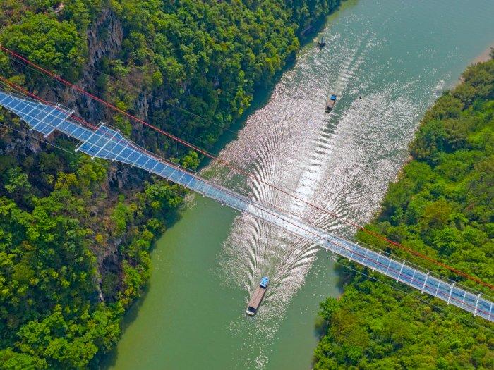 Ngeri-Ngeri Sedap! Tiongkok Persembahkan Jembatan Kaca Terpanjang Sedunia