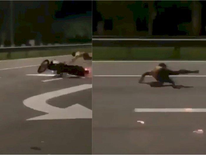 Horor! Pemuda Ini Nyaris Terlindas akibat Ugal-ugalan Sambil Angkat Ban Depan Motor