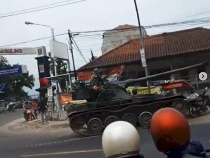 Viral Tank Tempur Lindas Gerobak Gorengan hingga 4 Motor