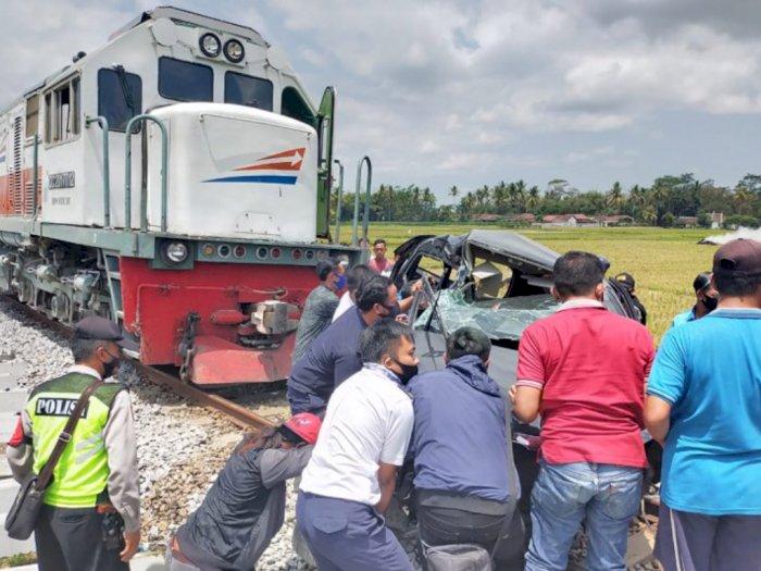 Dua Penumpang Mobil Tewas Tertabrak KA di Lintasan Tanpa Palang, Sempat Terseret 200 Meter