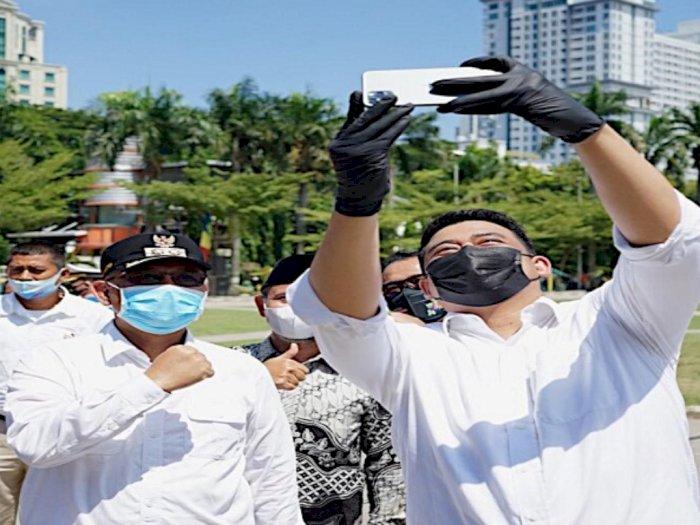 Bobby dan Akhyar Nasution Selfie di Lapangan Merdeka Medan