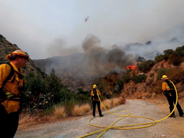 FOTO: Kebakaran Hutan Terus Berlanjut di California Selatan
