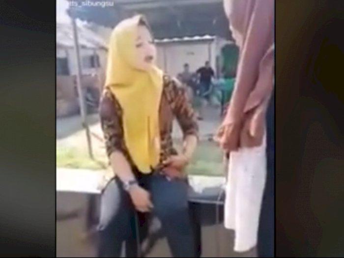 Pelakor Dilabrak Istri Sah, Habis Dicaci Maki, Pelakor Hanya Diam Tak Berkutik