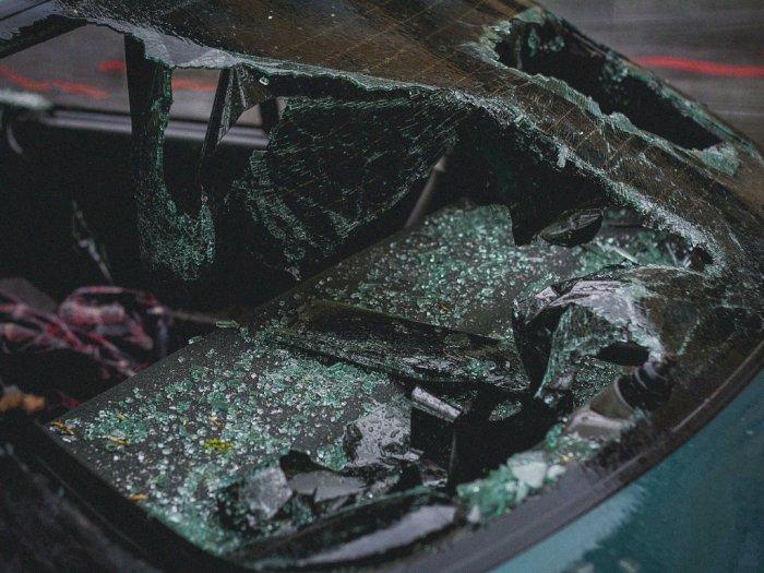 Kecelakaan di Jaksel, Taksi Online Dihantam Kereta Hingga Ringsek