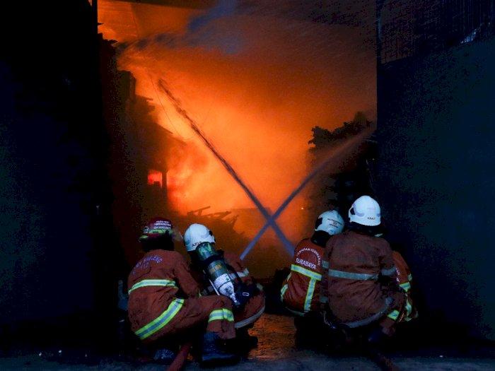 FOTO: Gudang Penyimpanan Mesin Jahit Terbakar di Surabaya