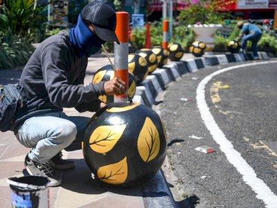 FOTO: Perawatan Bollard Pedestrian Surabaya