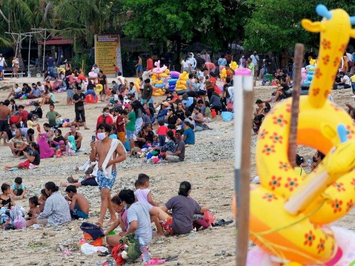 FOTO: Warga membludak saat liburan Hari Raya Galungan di Pantai Sanur