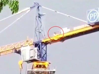 Viral Pekerja Proyek Salat Khusyuk di Atas Crane, Perjuangannya Bikin Terharu