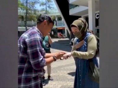 Viral Pria Beri Kejutan Lamar Kekasihnya dengan Barang yang Tak Biasa, Netizen Kompak Iri
