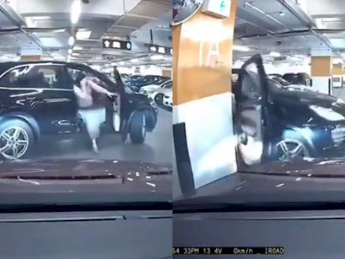Lupa Menarik Rem Tangan saat Parkir, Pintu Mobil Wanita ini Patah Karena Mundur Tiba-tiba