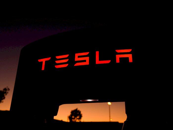 Pengendara Tesla Ini Ditilang Polisi Usai Berkendara Sambil Tertidur!