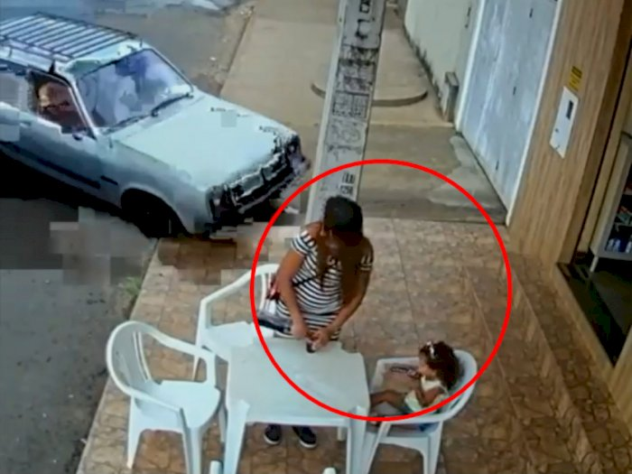 Detik-Detik Mencekam Mobil Hampir Tabrak Ibu dan Anak, Diselamatkan oleh Benda ini!