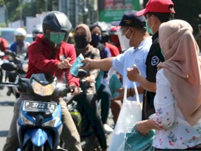 Tingkatkan Disiplin Masyarakat Terhadap Protokol Kesehatan, Unej Bagikan Masker Gratis