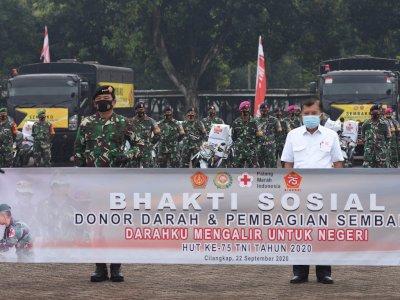 FOTO: TNI Gelar Donor Darah dan Pembagian Sembako