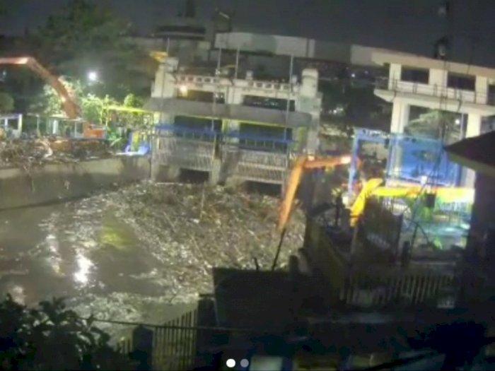 Imbas Banjir, 1.570 Meter Kubik Sampah Menumpuk di Pintu Air Manggarai
