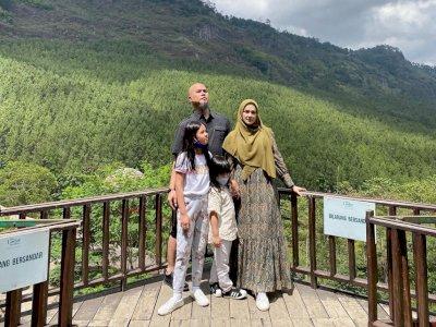Mulan Jameela Dituduh Bersandar di Balkon Padahal Dilarang, Ahmad Dhani: Jauh dari Nyandar
