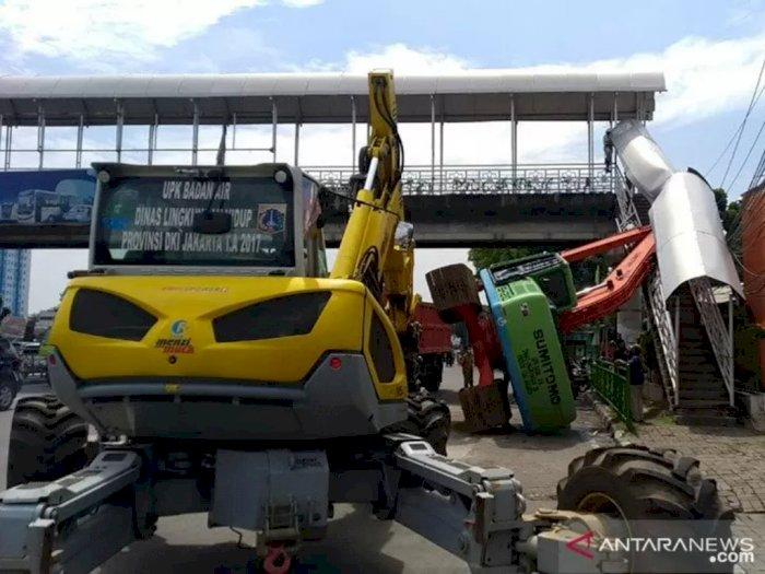 Operator Kelelahan, Eskavator Terguling Hingga Timpa Pagar JPO Kampung Melayu
