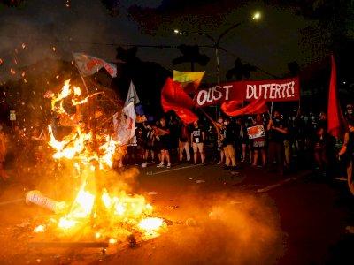 FOTO: Warga Filipina Berunjuk Rasa pada Peringatan Darurat Militer Ke-48