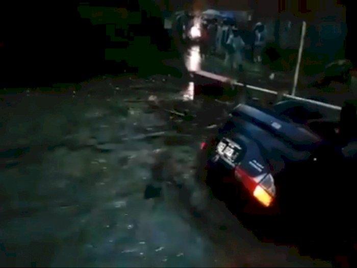 Video Detik-detik Mobil Terombang-ambing dan Hanyut Terbawa Banjir di Sukabumi