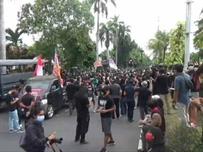 Gelar Aksi Damai di Depan PN Denpasar, Pendukung Jerinx: Dia Bukan Penjahat!