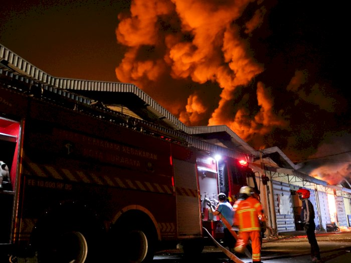 FOTO: Tiga Gudang Perabot Terbakar di Surabaya