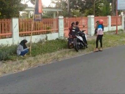 Cowok Kegep Selingkuh Berantem di Pinggir Jalan, Sikap Pelakor Bikin Netizen Ketawa