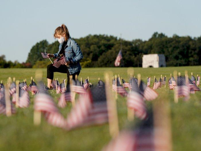 FOTO:  Bendera Amerika yang Mewakili 200.000 Nyawa yang Hilang di National Mall Washington