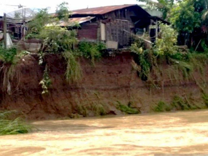 Diguyur Hujan Lebat, Sungai Batang Angkola Tapsel Meluap, Kamar Mandi Warga Sampai Hanyut
