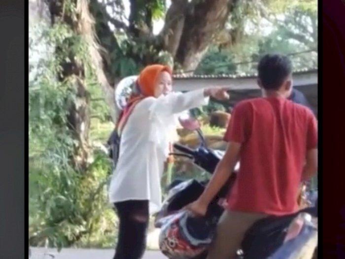 Pria Terciduk Selingkuh di Pinggir Jalan, Dipukul dan Ditampar 2 Cewek Sekaligus