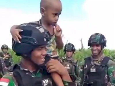 Bocah Papua Merengek Ingin Ikut Patroli, TNI Tetap Beri Kasih Sayang di Tengah Ancaman