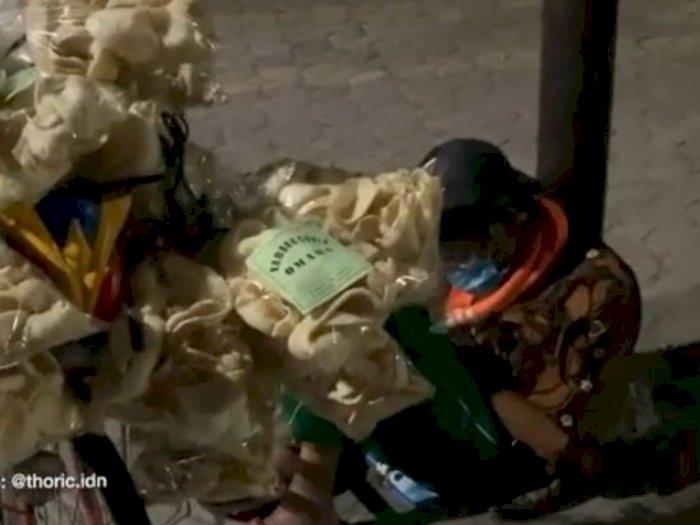 Kisah Kakek Sahli, Berjualan Kerupuk di Tengah Dinginnya Malam Kota Solo