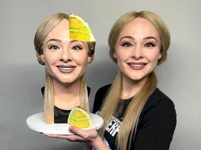 Keren! Perempuan Ini Membuat Kue Berbentuk Wajahnya Sendiri