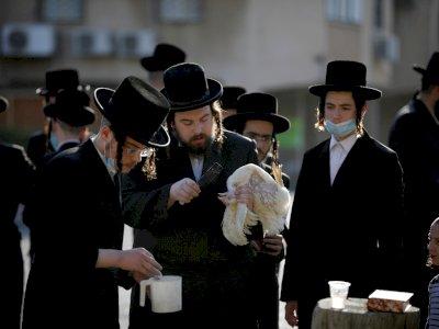 FOTO: Orang Yahudi Melakukan Ritual Kaparot