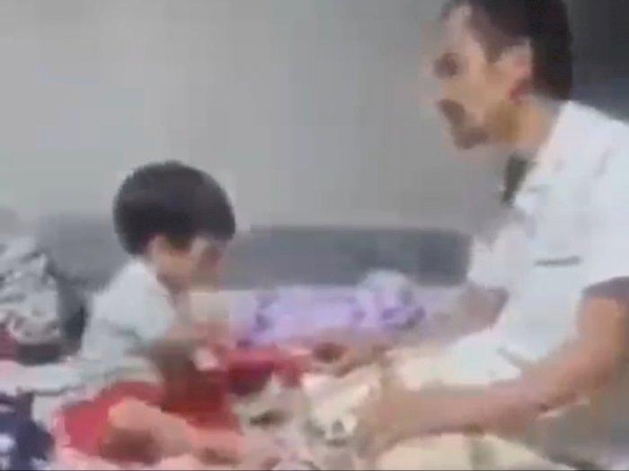 Bocah Gigit Telunjuk Ayahnya yang Lagi Salat Tahiyat Akhir, Reaksi Ayahnya di Luar Dugaan