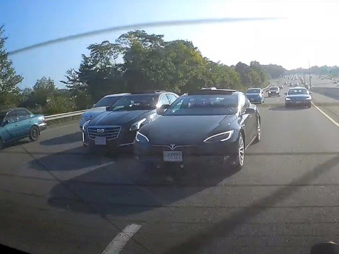 Ngeri, Pengendara Tesla Model S Ini Bahayakan Pengendara Lain di Jalan!