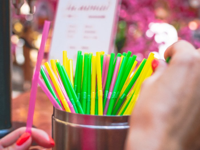 Mulai 1 Oktober, Inggris Telah Resmi Larang Penggunaan Sedotan Plastik hingga Cotton Bud