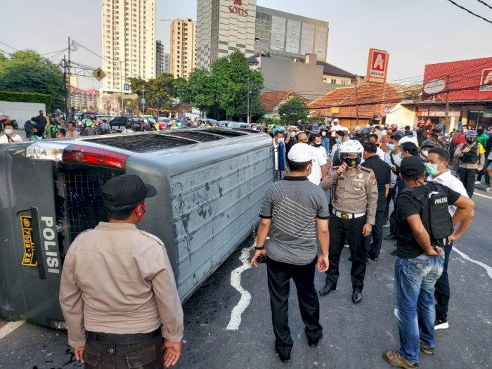 Rusuh di Jakarta Pusat, 1 Mobil Polisi Dirusak Massa