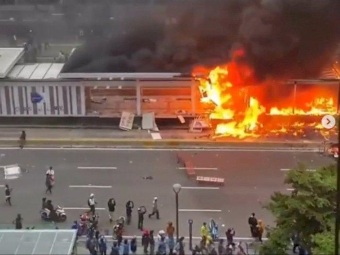Demonstran Tolak UU Cipta Kerja Ngamuk, Halte Transjakarta di Bundaran HI Dibakar