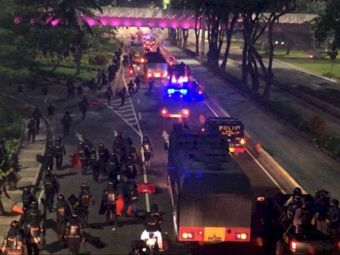 Pecah, Bentrok Polisi Vs Massa Demonstran di Kolong Semanggi Malam Ini