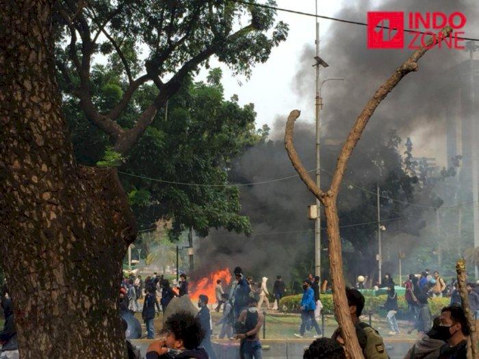 Dilarang Demo di Istana, Massa Bakar Pos Polisi di Medan Merdeka, Ditembak Gas Air Mata