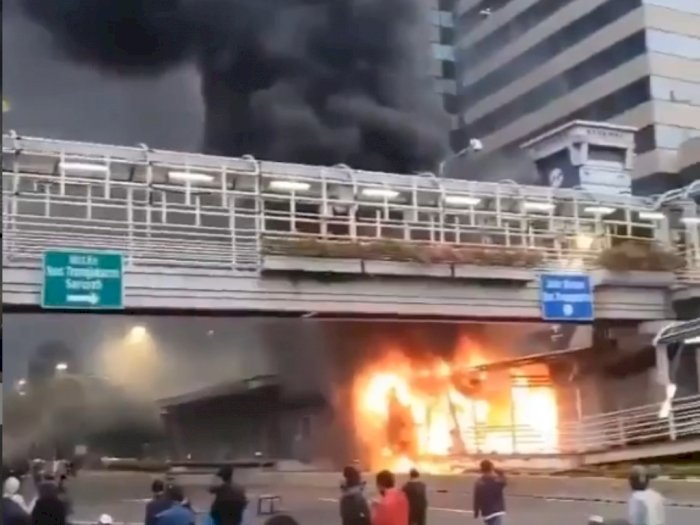 Halte Transjakarta Sarinah dan Pos Polisi Tugu Tani Dibakar Demonstran