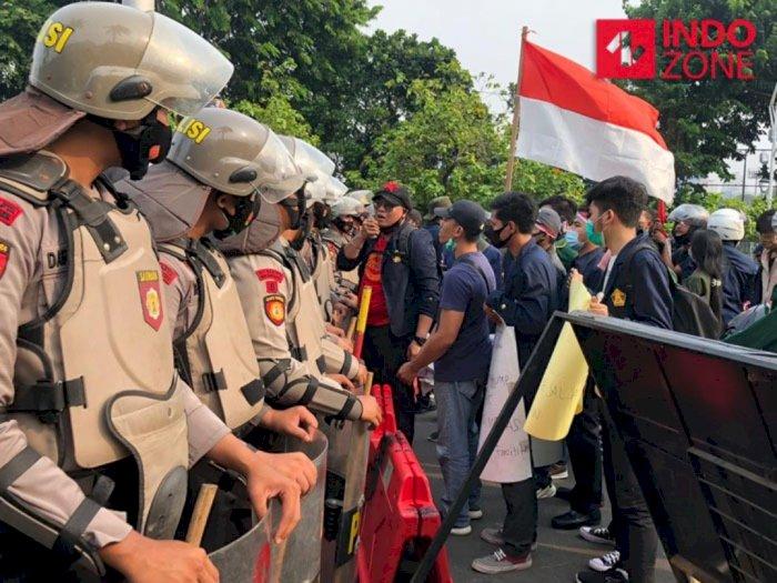 Massa Buruh Paksa Masuk ke DPR karena Tak Percaya Sedang Reses
