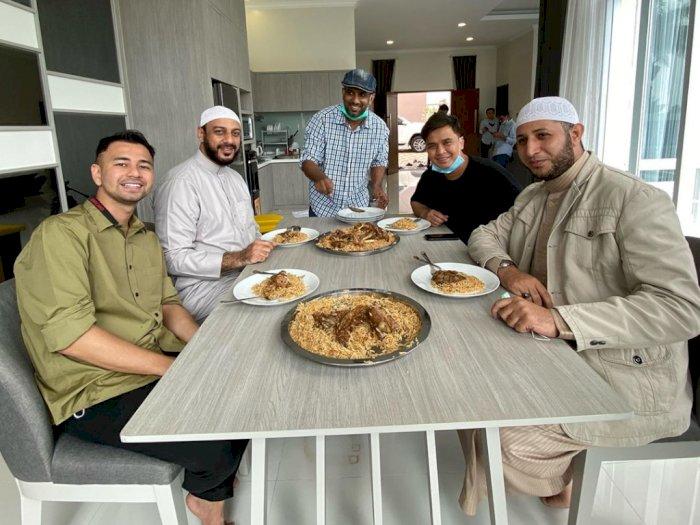 Bahagianya Raffi Ahmad Nikmati Nasi Kabsah yang Dimasak Sendiri Oleh Syekh Ali Jaber