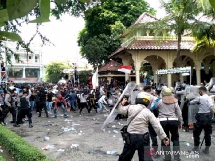 Video Mencekam Demo Tolak Omnibus Law di Jogja, Polisi Tak Berkutik Dilempari Batu