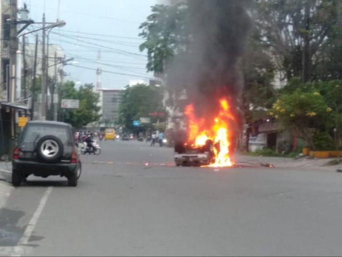 Mobil Polisi Dibakar Pendemo di Jalan Sekip Medan, Personel Dipaksa Untuk Turun