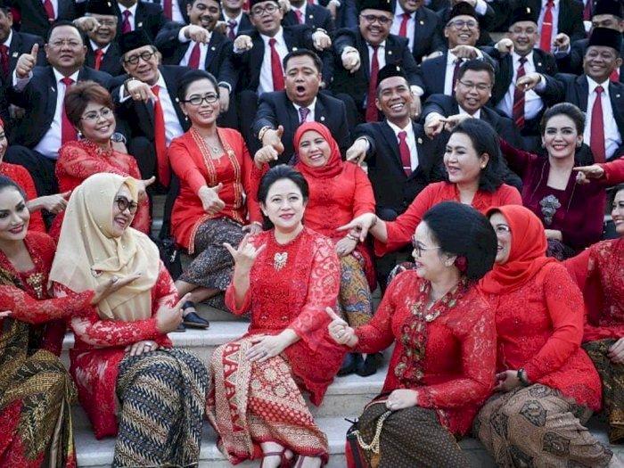 Foto Pelantikan Jadi Meme Puan Maharani Matikan Mic, Seluruh Anggota DPR Tunjuk Puan