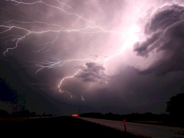 Kabar Cuaca: 3 Wilayah DKI Jakarta Akan Diguyur Hujan Disertai Petir dan Angin