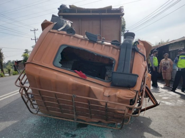 Tabrak Kendaraan yang Tengah Parkir di Jalinsum, Kepala Truk Sampai Lepas