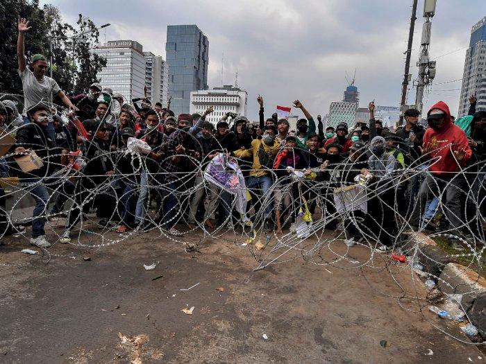 Aksi Demo di Patung Kuda Ricuh, Polisi Lepaskan Tembakan Gas Air Mata